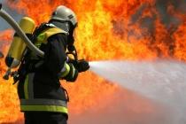 В Липецке почти три часа горит мебельный цех