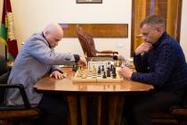 Врио губернатора Игорь Артамонов решает проблемы Липецка за шахматной доской