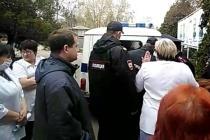 Активистов задержали во время съемок на закрывающейся станции переливания крови в Ельце