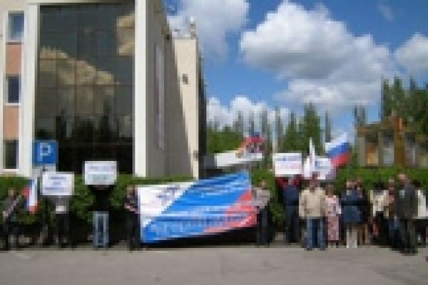 Защищая предпринимателей, «правые» пикетировали Областное ДК