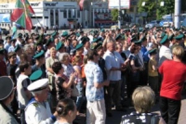 По площади Героев погранцов водили