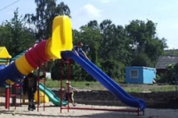 В липецких дворах продолжат установку детских пластиковых площадок
