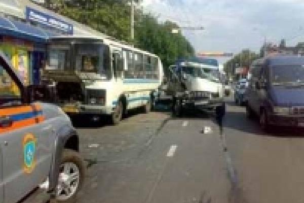 В Липецке грузовик протаранил автобус