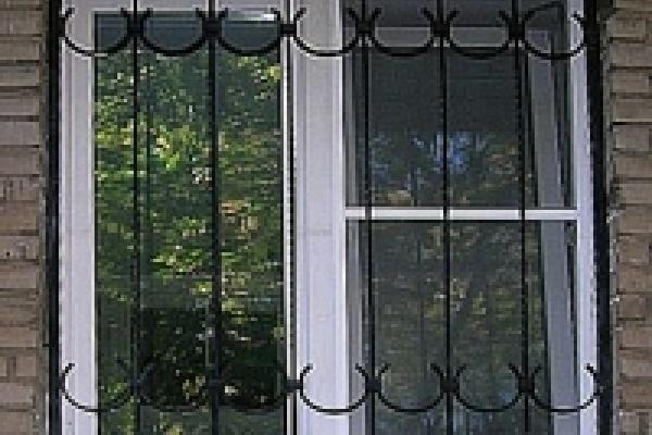 А на окнах - глухие решетки