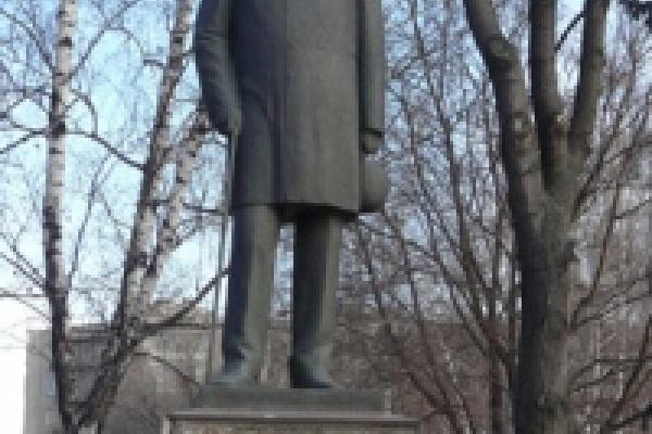 На памятнике Митрофану Клюеву сползла гранитная плита