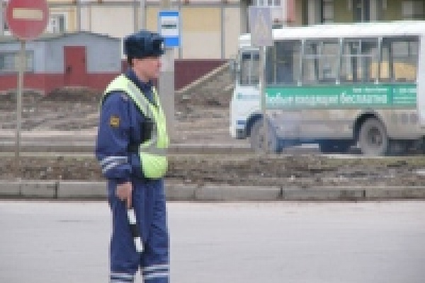 В Липецке милиционеры осматривают автобусы и дежурят на пешеходных переходах