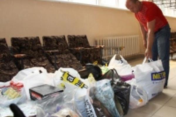 Липчане несут вещи и продукты в пункты приема гуманитарной помощи пострадавшим от лесных пожаров