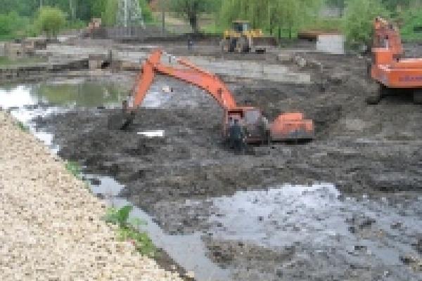 Землю в центре города временно складировали строители, ведущие работы по расширению русла реки Липовка