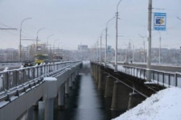С Петровского моста в Липецке упал автомобиль
