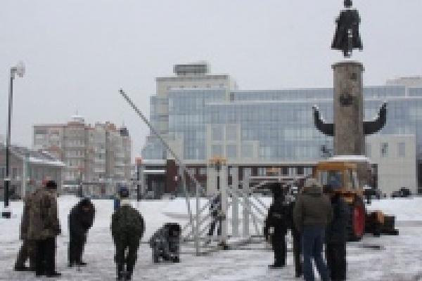На площади Петра Великого ведется монтаж ледового корабля