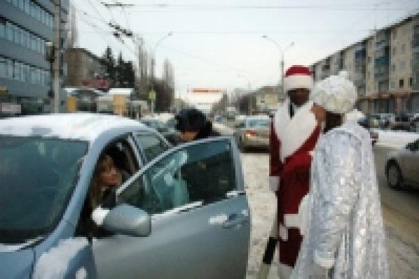 В Липецке чернокожие Деды Морозы дежурят вместе с инспекторами ГИБДД