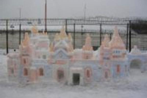 Снежные скульптуры на фоне бетонных заборов