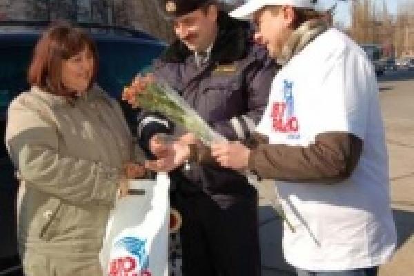 В Липецке инспекторы ДПС дарили цветы женщинам-водителям
