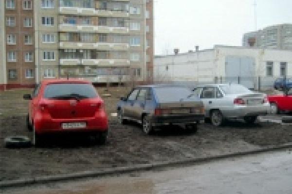 В Липецке начались рейды по пресечению стоянок на газонах