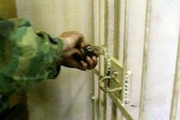 Против охранника тюрьмы возбуждено уголовное дело