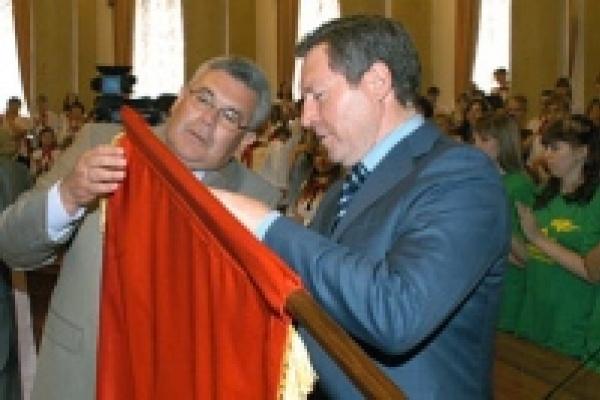 Олег Королев хранит свой пионерский галстук