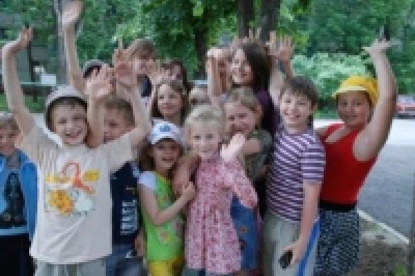 В загородных лагерях отдыхают свыше 1800 детей