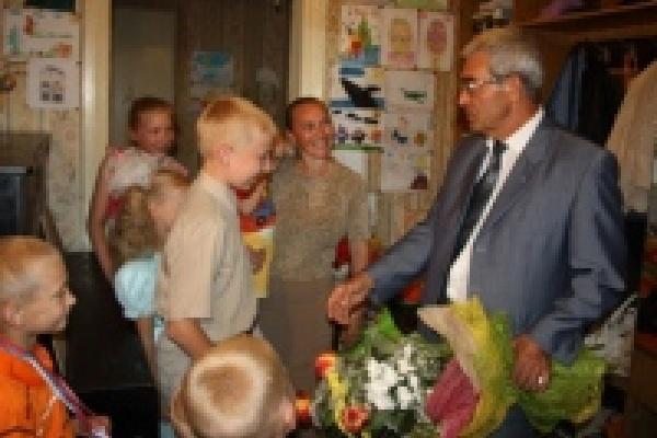 Мэр Липецка побывал в гостях у многодетной семьи переселенцев