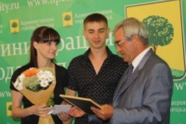 Михаил Гулевский наградил родителей близнецов