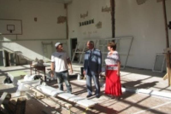 Михаил Гулевский проверил ремонт спортзала в школе №14 и встретился с жителями Опытной станции