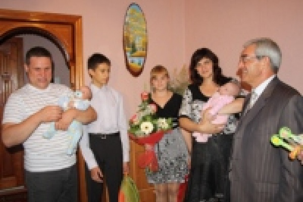 Михаил Гулевский поздравил липецкую семью с рождением второй двойни