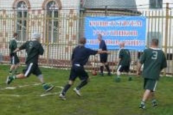 Заключенные двух колоний устроили футбольный матч на стадионе, который построили собственными руками