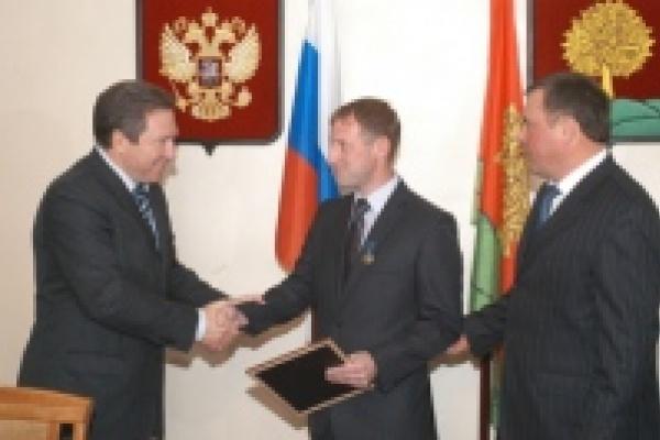 Губернатор вручил лучшему учителю страны 1 миллион рублей