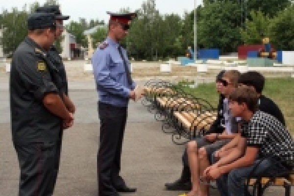 Полиция и учителя выявили 15 подростков, которые часто прогуливают школу