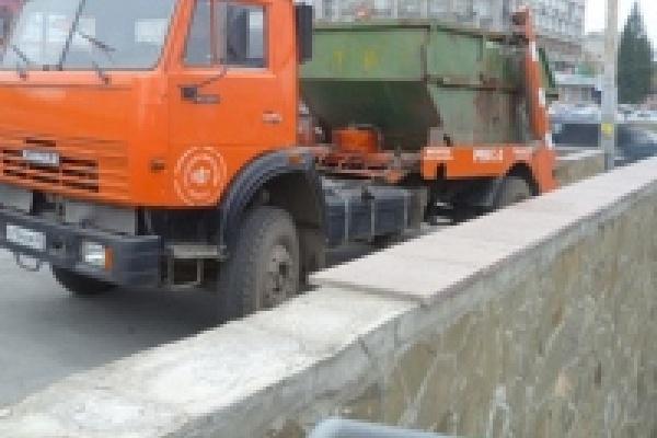 Из подземного перехода на площади Плеханова вывезли девять машин строительного мусора