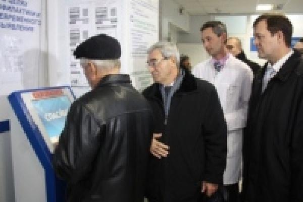 Гулевский проверил работу «электронной регистратуры» и проверил ход ремонта в поликлиниках