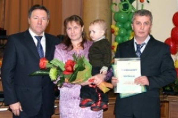 Почетный знак «Слава Матери» получили 25 лучших мам области