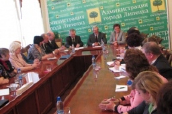 Мэр Липецка пообещал партийным боссам, что прошлогодние подрядчики отремонтируют дороги за свой счет