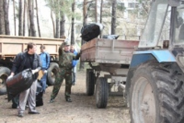 Три машины и две тракторные тележки мусора вывезли после субботника из лесополосы на Тракторном