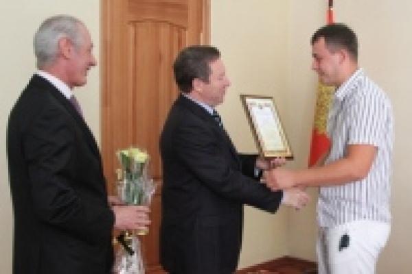 Губернатор вручил молодым врачам по миллиону рублей