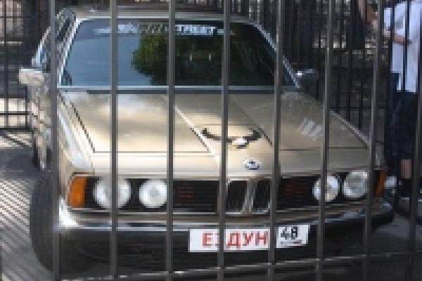 В Липецке автомобиль поместили в клетку зоопарка