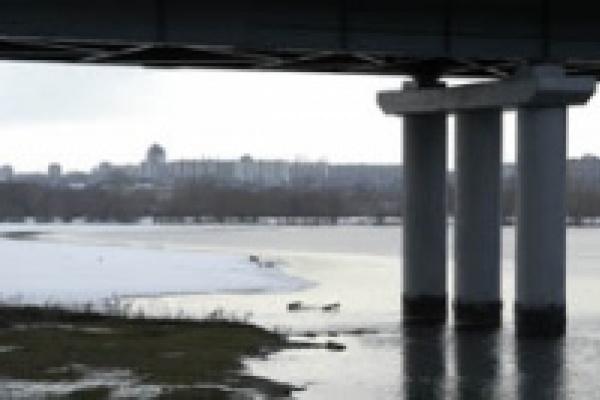 В Липецке иномарка упала с моста