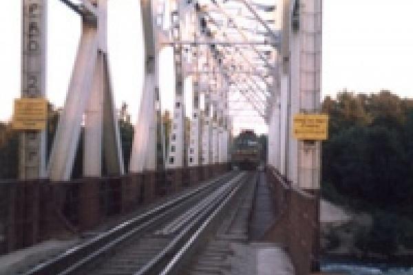 В Казаках упал с моста строитель
