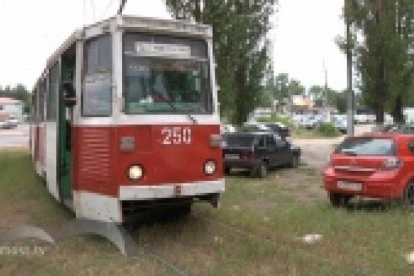 Трамваи в районе НЛМК простояли пять часов из-за неправильно припаркованного автомобиля