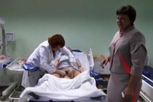 В Липецке при вспышках фотокамер принимали роды у пластиковой женщины