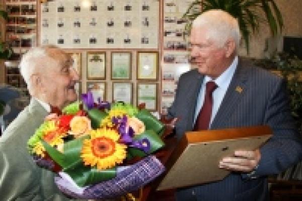 В Липецке 90-летний летчик-истребитель в свой юбилей загадал увидеть праправнуков
