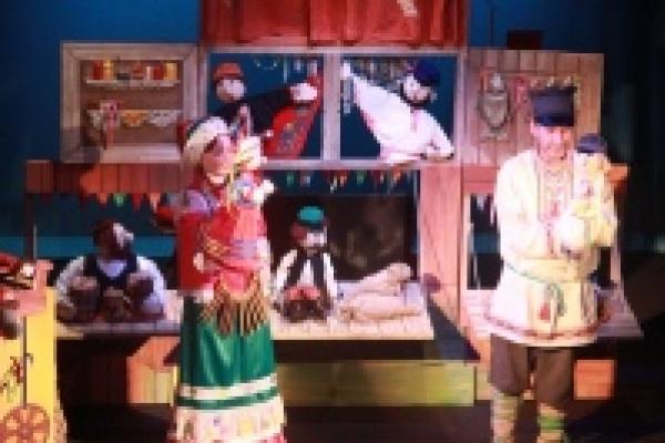 Для детей из Амурской области показали спектакль и научили лепить из глины
