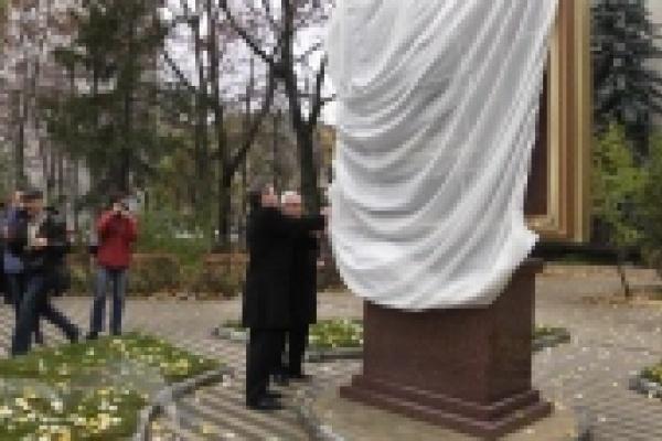 В Липецке открыли памятный знак экс-губернатору региона Михаилу Наролину