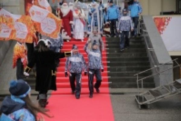 Олимпийский огонь в Липецке встретили Деды Морозы и Снегурочки