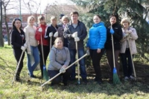Сотрудники Липецкого отделения Сбербанка одними из первых подключились к месячнику по благоустройству Липецка