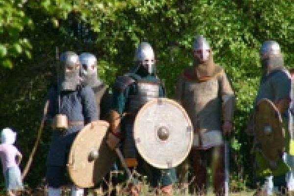 К Островку причалит средневековая ладья