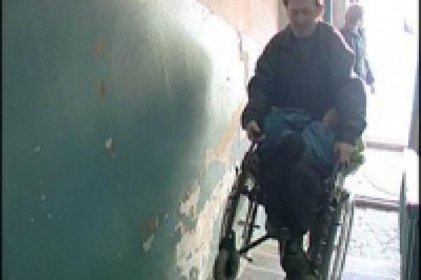 На помощь инвалидам спешат сурдопереводчики и «социальное такси»
