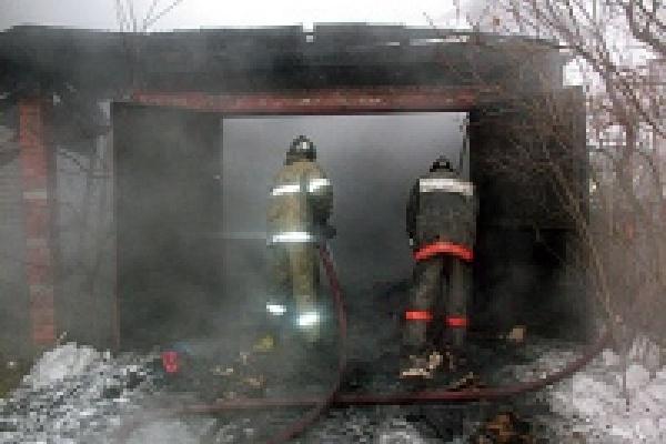 Гараж тушили четыре пожарных расчета