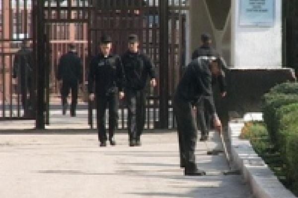 В ИК-6 заключенных потчуют томатной пастой и маринованными огурцами