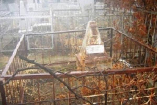 А на кладбищах нынче суета
