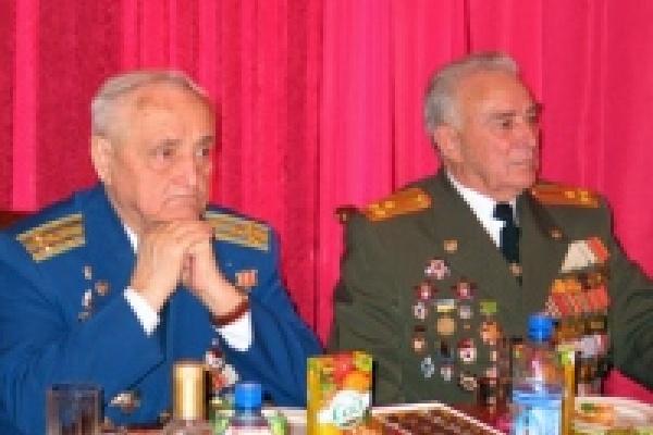 Ветеранам в мэрии подарили мобильники